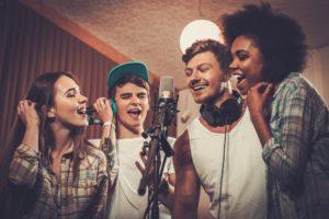 Eine Gruppe Sänger im Tonstudio in Oldenburg