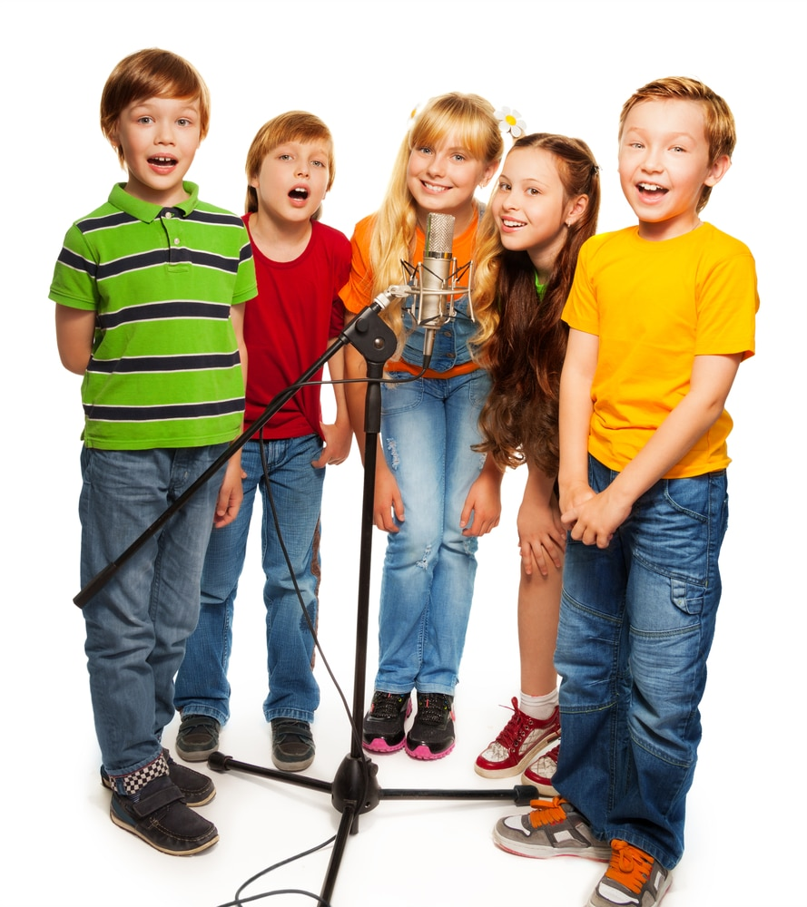 Kids Gruppe beim kindergeburtstag im Tonstudio